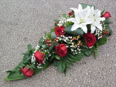 Creative Flower Arrangements, Funeral Flower Arrangements, Funeral Flowers, Floral Arrangements, Deco Floral, Arte Floral, Christmas Wreaths, Christmas Crafts, Cemetery Flowers