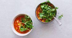 Tomaten aus der Dose geben der Suppe mit Maiskörnern und Kartoffelwürfelchen Farbe und Geschmack. Das Grün von Brunnenkresse veredelt die gelb-rote Suppe. Tofu, Salsa, Mexican, Ethnic Recipes, Celery Soup, Tomatoes, Cress, Yellow