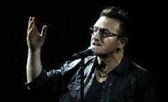 Bono, líder de la banda británica U2 y reconocido activista, se ha pronunciado con anterioridad sobre el éxodo de refugiados sirios en Europa. Pero fue ante los asistentes a la arena Pala Alpitour de Turín, Italia, que el vocalista y su banda decidieron rendir un emotivo homenaje a los desplazados por la guerra. Fue […]