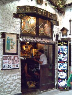 la cafetería más pqueña de Barcelona. Está ubicada en el portal de una finca. No puedes pasar por delante sin tomarte un exquisito café.  A dos pasos de la Pza. Sant Jaume.    Mesón del Café at Barri Gotic in Barcelona, Catalonia