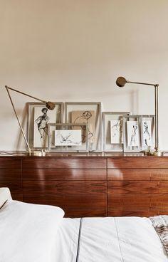 À Rome, poésie et éclectisme par l'architecte Massimo Adario Dans la chambre parentale, l'architecte Massimo Adario a conçu le buffet en cerisier. Les croquis de mode encadrés ont été chinés. Lampes 50's de chez Flair à Florence.