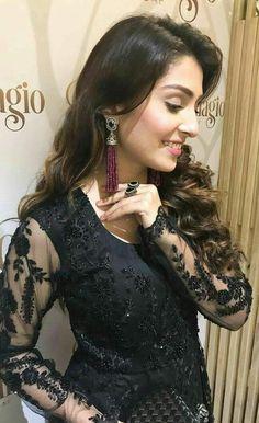 Ayza khan looking fabulous. Net Dresses Pakistani, Pakistani Wedding Outfits, Bridal Outfits, Pakistani Sharara, Walima Dress, Eid Outfits, Indian Dresses, Indian Outfits, Mehndi Hairstyles