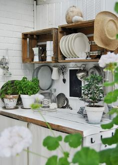 Could I make open shelves like this for my kitchen with wood crates and then put decorative shelf brackets under them? I'm dying: this is a good idea. white tile + loads of plants caixotes Decor, Kitchen Interior, Kitchen Inspirations, Interior, Kitchen Decor, Kitchen Dining Room, Kitchen Dining, Home Kitchens, Outdoor Kitchen