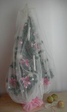 Mi bonito árbol de Navidad Shabby Chic, con flores de pascua en color 'millennial pink' envuelto con una mosquitera o velo de novia blanco que le da un aire empolvado. En la copa la estrella, y las bolas en nácar y de crista les rosa con brillantes, los témpanos  y la guirnalda de luces  blancas con envoltorio aterciopelado completan la sencilla decoración del árbol. En un árbol  viejo con adornos elegantes que lo hacen lindísimo.