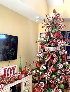 Grinch Christmas Decorations, Grinch Christmas Party, Whimsical Christmas, Green Christmas, Christmas Themes, Christmas Wreaths, Christmas Crafts, Holiday Decor, Christmas Tree Inspiration