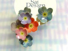 道端に咲く小さな花をイメージしたピアス。ひと花ひと花表情をつけ、立体的に仕上げています。色合いもそれぞれ少しづつ異なります。主素材が紙のため見た目以上に軽く大...|ハンドメイド、手作り、手仕事品の通販・販売・購入ならCreema。