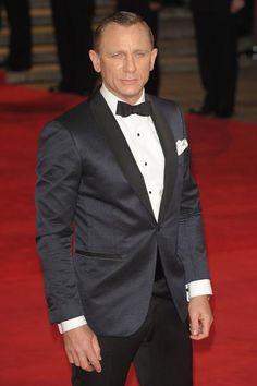 Daniel Craig in Tom Ford midnight blue sharpened diamond jacquard O'Conner shawl lapel cocktail jacket, white evening shirt, black bowtie and white silk pocket square to the royal premiere of 'Skyfall' in London on October 23rd, 2012