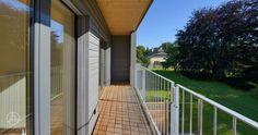Individuell geplantes Mehrfamilienhaus Mehrfamilienhaus / Reihenhaus Gardet mit schönem Holzbalkon und Holz/Alu Fenster und Schiebetüren.