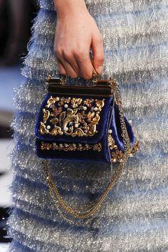 Вчера в Милане прошел долгожданный показ знаменитого итальянского дуэта Dolce Gabbana сезона осень-зима 2016/17. На создание коллекции дизайнеров вдохновили сказки о Золушке, Щелкунчике, Царевне-Лягушке и другие. Саму коллекцию можно посмотреть здесь >> Сегодня я хочу обратить ваше внимание на интересные детали и изящные аксессуары этой по-настоящему волшебной коллекции.
