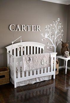 chambre de bébé en couleurs neutres avec des hiboux