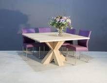 Deze vierkante eettafel is gemaakt van eikenhout en de poten zijn massief en gekruist.