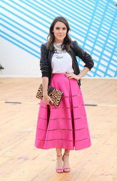 saia midi pink com camiseta e jaqueta de couro