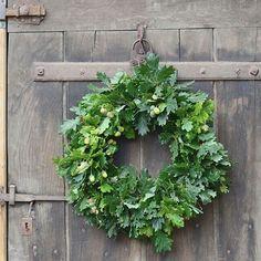 Une couronne à ma porte entre deux averses...Je vous remercie pour vos gentils messages...  #couronne #slowlife #garden
