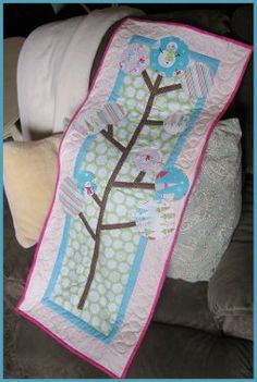This free quilted table runner pattern is easy to make with fusible appliques and winter fabrics.