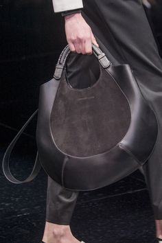 DIY your photo charms, compatible with Pandora bracelets. Make your gifts special. Make your life special! Emporio Armani at Milan Fashion Week Fall 2017 - Details Runway Photos Leather Purses, Leather Handbags, Leather Totes, My Bags, Purses And Bags, Fashion Bags, Milan Fashion, Fashion Trends, Leather Bags Handmade