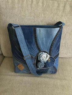Pircsi táskái – Purses And Handbags Diy Patchwork Bags, Quilted Bag, Diy Bags Purses, Purses And Handbags, Blog Couture, Denim Handbags, Mode Jeans, Denim Purse, Diy Handbag