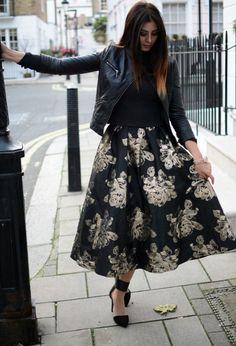 La jupe longue et ample revient sur le tapis en matière de mode. Un moment boudée, elle reconquérit le coeur des femmes. Huitidées de tenues pour porter la jupe longue et ample. ELECTRIQUE  CLASSIQUE  NOIR  FLEURI  GLAMOUR  GIRLY  SAGE  ROCK  Vous laisserez vous tenter …