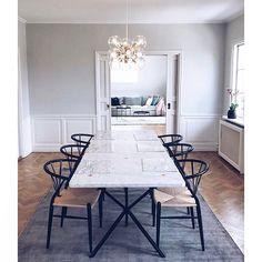 Inspiratiemaandag: wij weten bij @Furn.nl dat mensen het fijn vinden om een #vloerkleed in huis te hebben. Eén dat is natuurlijk heel comfortabel aan de voetjes en twee het kan er ook nog eens stylisch uit zien. Daarom laten wij deze week zien wat men zoal op grond heeft liggen door middel van #vloerkleden. Dit vloerkleed ligt in Zweden bij Vanessa, die hele mooie #wooninspiratie heeft.   Link in bio l * * * * Credits: @kronhjortsvagen #kronhjortsvagen * * * * #interiorstyling #interior4all…