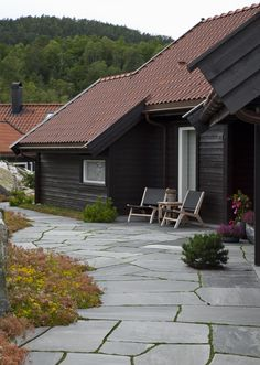 Having schist outside of your house frames your home the best way possible. Natural Materials, Landscape Architecture, Garden Inspiration, Exterior Design, Slate, Natural Stones, Terrace, Frames, Outdoor Decor
