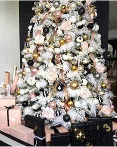 Here are best Black and White Christmas Decoration ideas. These Black and White Christmas decor include Christmas home decor & White & Black Christmas Trees Black Christmas Trees, Christmas Tree Themes, Beautiful Christmas, Christmas Home, Christmas Design, Luxury Christmas Decor, White Christmas Trees, Christmas Tree Inspiration, Diy Weihnachten