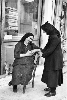 Ο Ανρί Καρτιέ Μπρεσόν (Henri Cartier-Bresson, 22 Αυγούστου 1908 - 3 Αυγούστου 2004) ήταν Γάλλος φωτογράφος. Θεωρείται ένας από τους σημαντικότερους φωτογράφους του 20ού αιώνα και ειδικότερα ένας από τους «πατέρες» της φωτοδημοσιογραφίας. Το έργο του έχει κερδίσει καθολική αναγνώριση σε παγκόσμιο επίπεδο.