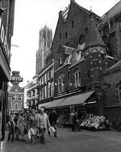 1976. Gezicht in de Steenweg te Utrecht, met winkelende mensen, uit het westen; rechts de winkelwoonhuizen nrs. 2-4 (rechts).