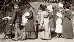 Artis. Bezoekers van de dierentuin. Dames en meisjes in lange mantels en jurken. Amsterdam, 1910.