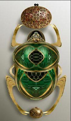 Ria and Youri Augousti, scarab beetle emerald gold brooch #GoldBrooches
