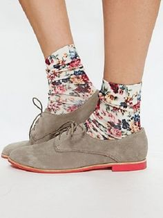 Suede oxfords and floral socks. Hipsters, Lace Drawing, Hipster Shoes, Floral Socks, Lace Oxfords, Cute Socks, Sock Shoes, Loafer Shoes, Flats