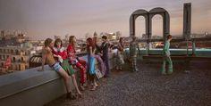 Le migliori 10 pubblicità di moda della stagione - Gucci - Disegnata da Alessandro Michele e fotografata da Glen Luchford, la collezione primavera/estate è ambientata in una Berlino immaginaria, dove ragazzi vestiti in uno stile che ricorda gli anni Settanta chiacchierano sul tetto di un palazzo, in metropolitana o nei bagni di una discoteca.
