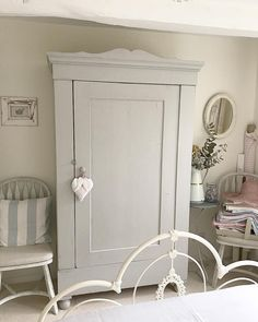 How to Design a Shabby Chic Bedroom Home Bedroom, Bedroom Decor, White Cupboards, Deco Retro, Romantic Cottage, Cottage Interiors, Retro Home Decor, Painted Furniture, Decoration
