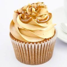 Easy recipe of Cupcakes with dulce de leche. Ingredients and preparation of cupcakes. Covers with dulce de leche. Buttercream frosting of dulce de leche. Sweet Cupcakes, Fondant Cupcakes, Yummy Cupcakes, Cupcake Cookies, Frosting Recipes, Cupcake Recipes, Buttercream Frosting, Coke Cake, Mini Cheesecakes