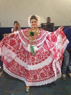 Pollera sombrada en rojo con delicados detalles en su labor, acreedora de la Medalla Eugenia González Ruiz, por mejor arreglo de cabeza en el Festival Nacional de la Pollera 2014