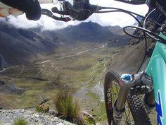 Bicicleta em um dos abismos da beira da Estrada da Morte, Bolívia (Foto: GravityBolivia.com/Divulgação)