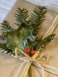 emballage de cadeaux pour Noël et déco en houx et baies rouges