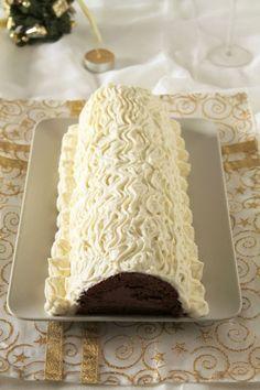 Υπέροχος κορμός με σοκολατένια κρέμα κάστανου και επικάλυψη ανάλαφρης κρέμας με λευκή σοκολάτα. Μια συνταγή για ένα υπέροχο γευστικά και οπτικά κορμό για ν Something Sweet, Greek Recipes, Cake Pops, The One, Birthdays, Easter, Valentines, Sweets, Cakes