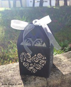 Uma caixa de oferta em preto e prata para uma pessoa muito especial. A gift box in black and silver for a very special person. #crafts #artesanato #giftbox #caixaoferta