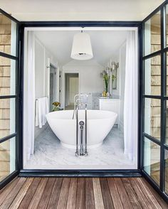 Beach house de estilo Hamptons en Amagansett, New York Coastal Bathrooms, Small Bathroom, Bathroom Ideas, White Bathroom, Master Bathroom, Outdoor Bathrooms, Boho Bathroom, Modern Bathrooms, Bathroom Doors