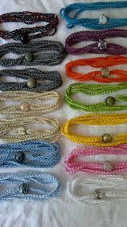More crochet bracelets. Looks like simply chains?- Milsaps L Boothby christmas gifts :) Crochet Bracelet, Crochet Earrings, Crochet Jewellery, Love Crochet, Knit Crochet, Beading Patterns, Crochet Patterns, Crochet Braids, Crochet Accessories