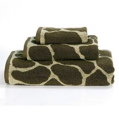 @Overstock - A funky giraffe jacquard design graces this bath towel set.  These ring-spun towels are a chic addition to any bathroom decor.  http://www.overstock.com/Bedding-Bath/Animal-World-Giraffe-Cotton-3-piece-Towel-Set/5677592/product.html?CID=214117 $25.49