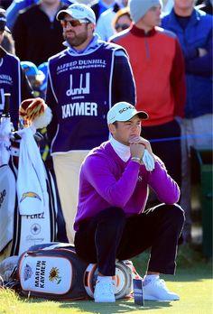 Martin Kaymer nutzt eine kurze Wartezeit, um sich auszuruhen.