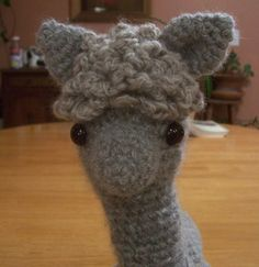 Have to try to make this. Alpaca pattern made out of a mixture of a pattern for a donkey(with a little longer neck) and the hair of a hedgehog(the top-knot and the tail).