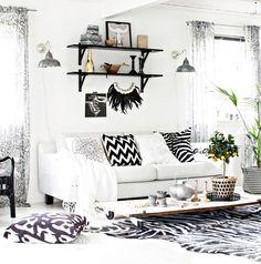 Biały salon z czarnymi dekoraxjami
