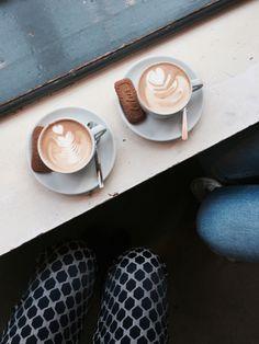 De beste koffie in Utrecht heb je hier. 5X spots waar je de beste koffie kan halen in Utrecht. #hotspotutrecht #koffie #coffee #coffeelover #koffieutrecht Toblerone, Caffeine Addiction, Utrecht, Matcha, Hot Chocolate, Coffee Shop, Latte, Tea, School