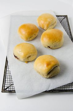 Recipe: Sri Lankan breakfast buns With Seeni Sambol onion confit || Photo: Eva L. Baughman for The New York Times