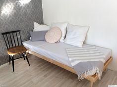 laveri,laverisänky,vierassänky,pinnatuoli,harmaa tapetti,petaus,vierashuone,makuuhuone,työhuone