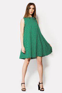 Зеленое платье ROLLING с рисунком белого гороха выполнено из штапеля. Застегиваясь сзади молнией, платье без рукавов не имеет ограничений по талии, кокетке или бедрам. Оно свободно ниспадает по всей длине, слегка расширяясь к юбке.