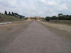 Het kost best wat voorstellingsvermogen om op deze uitgestrekte ovalen vlakte de wagenrennen voor je geest te halen. Dit is het Circus Maximus (Circo Massimo) of wat er nog van over is.