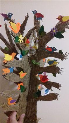 Tekturowe Drzewko życia oklejone sznurkiem z kolorowymi ptaszkami z papieru.