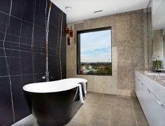 Cuarto de baño con mármol en el muro